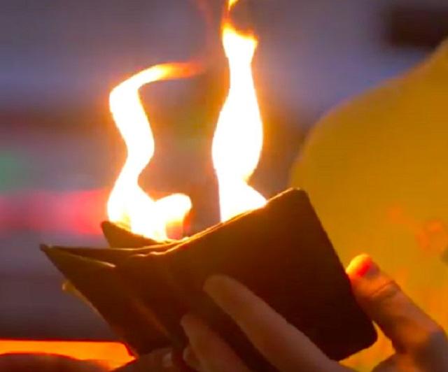 Ảo thuật chiếc ví bốc cháy