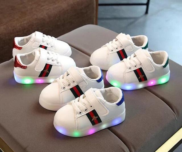 Giày gắn Led sành điệu cho các bé